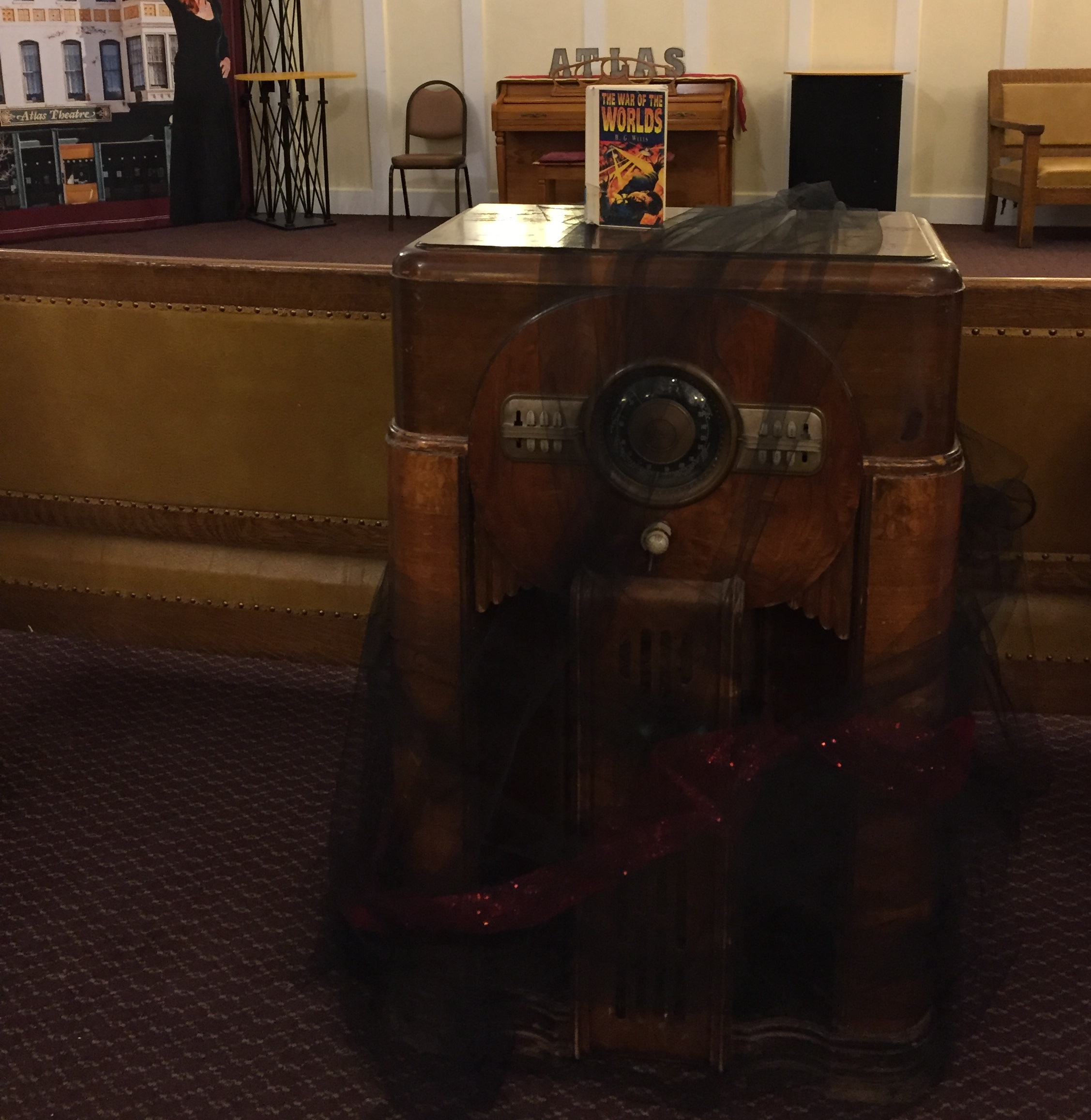 A 1938-era radio in the lobby of the Atlas Theatre
